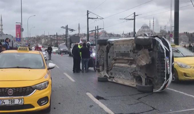 Galata Köprüsü'ndeki kaza trafiği altüst etti
