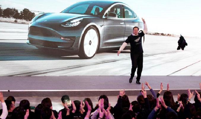 Elon Musk'tan Çin'de Tesla SUV'a danslı tanıtım