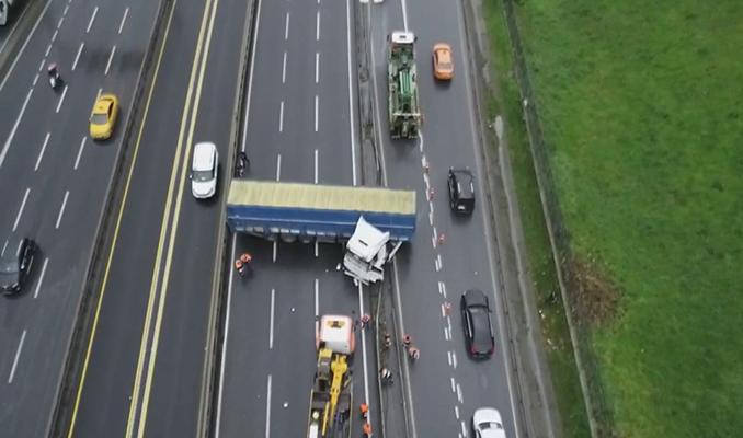 D-100'ü kapatan kaza: TIR metrobüs bariyerlerine çarptı