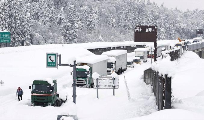 Kar aniden bastırdı, binden fazla sürücü trafikte 40 saat mahsur kaldı