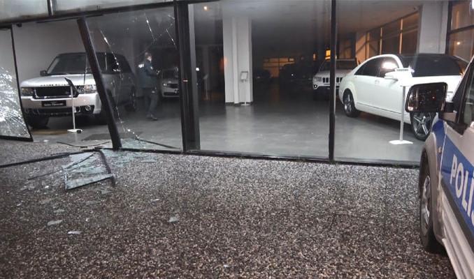 Lüks otomobili, cam vitrinden çıkartarak kaçtılar