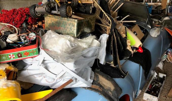 Çöp yığınında klasik otomobil bulundu