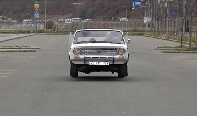 Karadenizli gencin yolda zıpladığı izlenimi veren otomobili ilgi görüyor