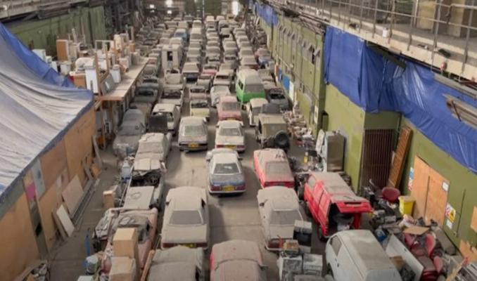 Londra'da bir ahırdaki 175 klasik otomobil satışa çıkıyor