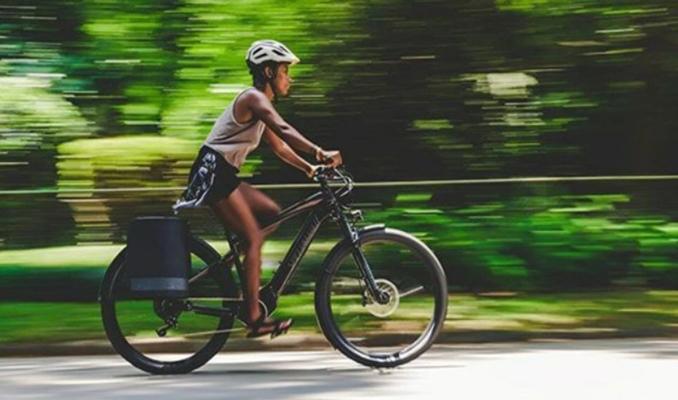 Trafiği radarlarla takip eden elektrikli bisiklet
