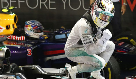 Lewis Hamilton seriye bağladı