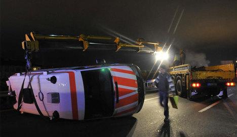 Suriye'ye yardım götüren ambulans devrildi