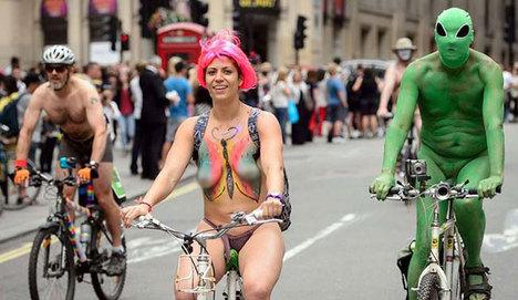 Londra'da otomobillere karşı çıplak eylem